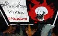Paquistanês segura foto declérigo xiita durante manifestação em Karachi