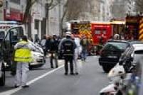 Policiais e equipes de resgate atendem vítima de tiroteio no sul do Paris, em caso classificado pelo governo francês como 'novo ataque terrorista', um dia depois do atentado ao jornalCharlie Hebdo