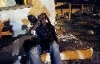Gunsly Milsoit consola Leo Pierre, que perdeu sua esposa e uma irmã no terremoto