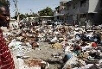 Sobrevivente observa os corpos que se acumulam no Hospital Geral de Porto Príncipe