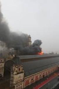O Museu da Língua Portuguesa fica fechado às segundas-feiras e apenas os funcionários estavam no local.<a href='http://sao-paulo.estadao.com.br/noticias/geral,incendio-atinge-o-museu-da-lingua-portuguesa,10000005428' target='_blank'>LEIA MAIS</a>