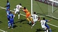 Buffon é obrigado a fazer uma bela defesa na primeira metade do primeiro tempo, em uma jogada perigosa de Barzagli