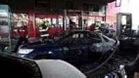 Após incêndio provocado por míssil israelense, dezenas de carros ficaram danificados em posto de gasolina atingido.