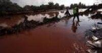 Em outubro de 2010, o rompimento do dique de uma fábrica de alumínio em Ajka, na Hungria, liberou 1 milhãode metros cúbicos de resíduos tóxicos na região, o chamado 'barro vermelho'; um dos maiores desastres ambientais da Europa, a tragédia matou oito pessoas e deixou centenas de feridos;<a href='http://internacional.estadao.com.br/noticias/geral,presidente-de-empresa-e-detido-por-vazamento-toxico-na-hungria,623472' target='_blank'>veja mais aqui</a>