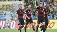 Na sequência, Klose marcou para a Alemanha. O camisa 11 fez seu 16.º gol em Copas e ultrapassou a marca de Ronaldo.