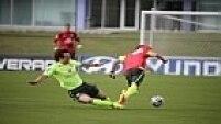 Recém-contratado pelo Paris Saint-Germain, da França, o zagueiro David Luiz divide forte com o atacante Bernard