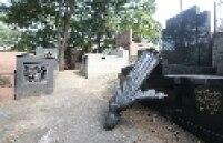O Cemitério do Araçá, em Pinheiros, na zona oeste de São Paulo, sofreu, na madrugada de segunda-feira, 6, o maior ataque de vandalismo desde a sua fundação, em 1887. Foram derrubadas e quebradas 21 estátuas de bronze e de mármore - para muitas delas, o restauro é impossível.
