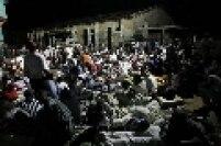 Desabrigados vítimas do terremoto se reúnem nas ruas destruídas de Porto Príncipe