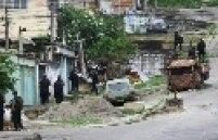 Militares avançam na entrada na Vila Cruzeiro, no Rio de Janeiro