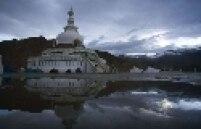 "Shanti Stupa permanece debaixo d""água após chuvas torrenciais em Leh, Índia"