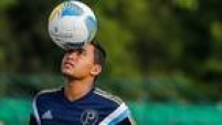 Após muita confusão entre São Paulo e Corinthians sobre o atacante gremista Dudu, o Palmeiras driblou os rivais e anunciou o atletaem 11 de janeiro. Dudu disse até que comemoraria gols contra os dois times tirando ochapéu