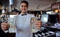 Obamapermitiu a realização detransações em dólares entre Cubae terceiras nações e praticamente eliminou restrições de viagens de americanos ao país. Na foto, garçom mostra notas de 5 dólares (dir.) e de 5 pesos cubanos (esq.), hoje conversíveis