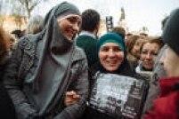 Mulheres muçulmanas participam de cerimônia pelas vítimas