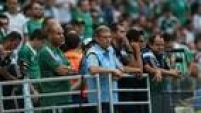 Do lado alviverde, quem saiu de campo mais cedo foi Oswaldo de Oliveira, expulso pelaarbitragem ainda no final do primeiro tempo