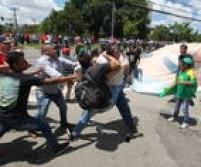 As provocações de parte a parte começaram assim que os dois grupos chegaram ao Fórum, mas a Policia Militar evitou confrontos no começo