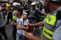 """Garoto Vitor, que estava sendo linchado porgritar""""não vai ter golpe"""", foi salvo pela Polícia Militar durante o protesto contra Dilma Rousseff e Lula realizado na avenida Paulista"""