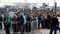 O palco da abertura da Copa do Mundo já está pronto e o pessoal de apoio já faz fila para acessar a Arena Corinthians, em Itaquera