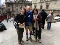 Juliana (esq.) e a amiga, Cristina, conheceramJean, um francês de 66 anos que correu uma ultra maratona.