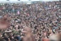 Público acompanha as atrações deste primeiro dia de Lollapalooza em São Paulo - e São Pedro deu uma ajudinha