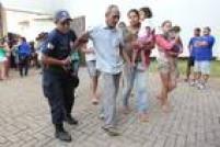 As pessoas resgatadas são levadas a um ginásio na cidade de Mariana