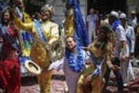 Na abertura oficial do carnaval do Rio de Janeiro, o prefeito Eduardo Paes mostrou samba no pé ao entregar a chave da cidade para o Rei Momo
