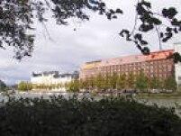 Nota 95.6. A capital da Finlândia é outra cidade que manteve a mesma nota de 2016. Bem arborizada, portuária, repletade belas construções e bastante tranquila, Helsinque é sempre elogiada por sua organização urbana. Suas notas foram: 100 na estabilidade; 100 na saúde; 88.7 emcultura e meio ambiente (mais uma vez sua nota mais baixa); 91.7 na educação; e 96.4 na infraestrutura.