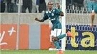 No entanto, o Corinthians foi surpreendido logo no começo. Thiago Mendes aproveitou falha da defesa alvinegra.
