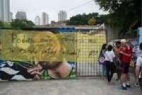 Alunos colocam faixa em frente à Escola Estadual Castro Alves, na Vila Mazzei,zona norte