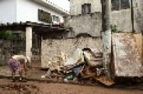 Moradores descartaram os móveis danificados pelos alagamentos no Cambuci