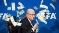Joseph Blatter - Desde 1998, ocupa a presidência da entidade. TInha status de 'intocável' até o estouro do escândalo, no final de maio, quando 9 de seus cartolas foram detidos, incluindo vice-presidentes. A partir daí, passou a perder apoio dentro da própria entidade e entre os principais patrocinadores. Nesta quinta-feira (8), foi oficialmente afastado do cargo por 90 dias, de maneira inédita. Ele é suspeito de crimes financeiros e pode pegar até dez anos de prisão na Suíça.