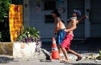 """Os invasores de prédios da telefônica Oi, no Rio reclamaram que foram acordados pela polícia e impedidos de retirarem seus pertences. """"Eles (os policiais) entraram e acordaram todo mundo com gás de pimenta. Mandaram a gente levantar e sair logo. Não nos deixaram carregar nada. Perdi ventilador, colchão, roupas. Fiquei só com a roupa do corpo"""", reclamou Valeria dos Santos, de 35 anos, que estava na invasão com o marido e o filho."""