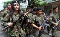 Guerrilhas das Forças Revolucionárias da Colômbia (Farc) marcham em parada militar em San Vicente