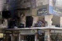 Moradores das casas afetadas pelos bombardeios cobrem as janelas quebradas com plásticos e tapam os buracos nas paredes com tijolos para evitar a entrada do vento até que reparos definitivos sejam feitos