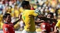 Hulk domina a bola com o ombro e marca o segundo gol brasileiro, mas o juíz anula!
