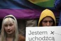 Manifestante com placa 'Eu sou um refugiado' durante ato em Varsóvia, na Polònia