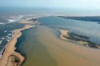 O rio Doce deságua no mar em Linhares, cidade que fica no norte do Espírito Santo. Foi montada uma barreira para tentar conter os rejeitos de minério, que correm o rio após o rompimento de barragens em Mariana (MG).