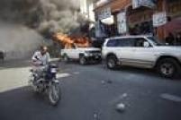Além de destruírem seções eleitorais, haitianos atearam fogo em carros e posto de gasolina durante protestos na segunda-feira, 18, após o candidato opositor à presidência anunciar que não concorrerá no 2º turno das eleições, marcado para domingo