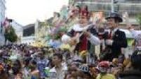 Tradicionais Bonecos Gigantes de Olinda desfilam pelas ladeiras do Sítio Histórico, em Pernambuco