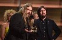 Chris Stapleton (C) recebe o Grammy de melhor álbum country, na cerimônia nesta segunda-feira, 15, pelo seu 'Traveller'
