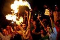 Jovens iranianos usam sprays em chamas para comemorar o acordo nuclear entre seu país e as potências mundiais