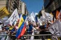 Grupo de manifestantes contrários ao presidente Nicolás Maduro pedem sua renúncia em ato em Caracas