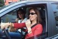 Comerenquanto dirige é infração média. O CTB considera ocostume perigoso porque o motorista dirigiria com apenas uma das mãos, além de se distrair.Multa de R$ 85,13 e quatro pontos na carteira de habilitação