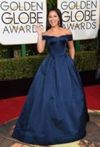 Gina Rodriguez. De Zac Posen, a atriz mostra que o decote ombro a ombro, que ficou conhecido como ciganinha na última temporada, também pode ser usado em eventos formais.