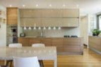 Nesta cozinha em um apartamento nos Jardins, os armários da linha Artematica, da Valcucine, têm acabamento de vidro e madeira. Tudo está camuflado no móvel, até mesmo a coifa, que é acionada quando a porta acima do cooktop é levantada