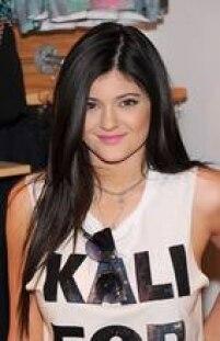 Kylie lança mão da técnica desde os 16 anos (hoje ela tem 18). Antes, porém, falava que a aparência inchada dos seus lábios era um truque de maquiagem.
