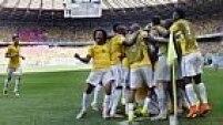 A equipe comemora o segundo gol, mas o árbitro alega que Hulk dominou com a mão