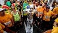 As fantasias são tradição entre alguns corredoresdurante a São Silvestre, provadisputada no período da manhã em 2015