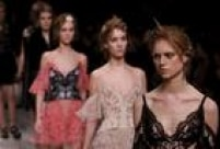 A estilista Sarah Burton assumiu a direção criativa da marca após a morte de McQueen, em 2010.