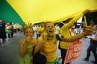 Bandeiras de manifestantes pedem o fim dacorrupção, a renúncia e o impeachment dapresidente Dilma e exaltam o juiz Sergio Moro e a Operação Lava Jato