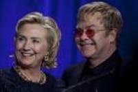 Ao lado de Elton John, participa de um evento para uma fundação de combate à aids, em Nova York, em outubro de 2013